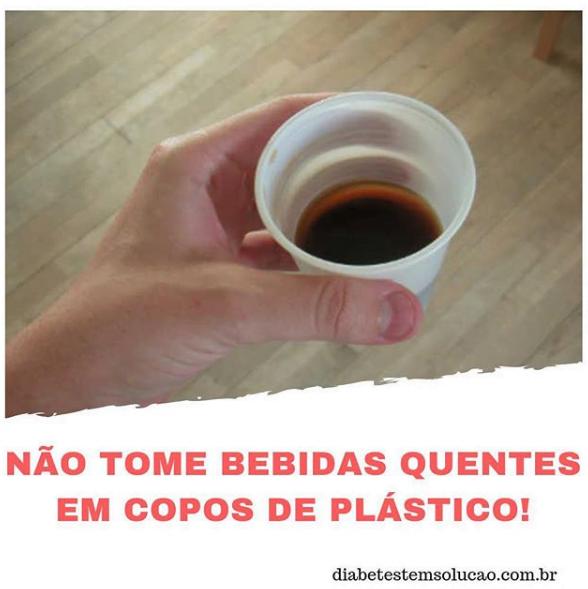 Não tome bebidas quentes em copos plásticos